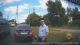 Orosz �lrend�r kirabolja az aut�st