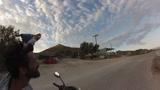 Együtt motorozik gazdájával Vito, a papagáj