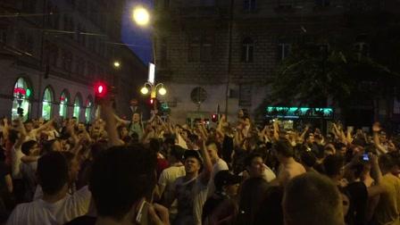 Leállt az élet Budapesten - tízezrek ünnepelnek az utcán