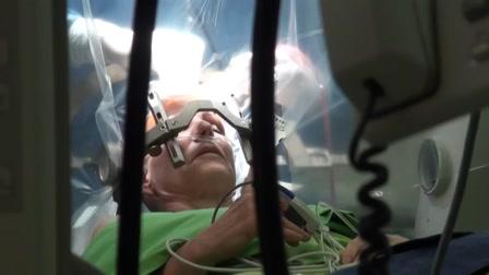 Beszélgetett agyműtéte közben