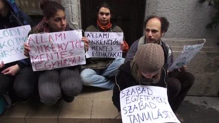 Civilek a Fidesz-székház udvarán