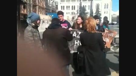 Tüntetők a Parlament előtt